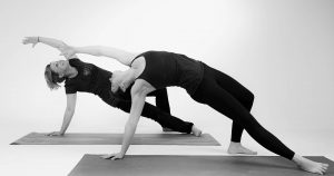 gopika-yoga-in-schwäbisch-hall - das Bild zeigt Michaela Langer mit einer Freundin beim Yogaüben