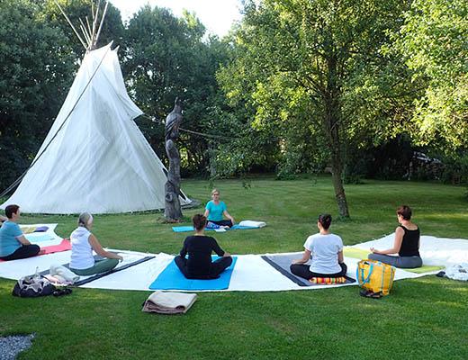 gopika-yoga-in-schwäbisch-hall - das Bild zeigt ein Gruppe von Yogaübenden im Freien
