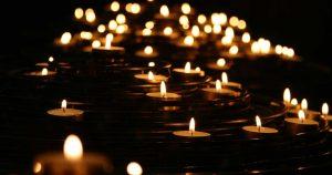 gopika-yoga-in-schwäbisch-hall - das Bild zeigt brennende Teelichter im Dunkeln