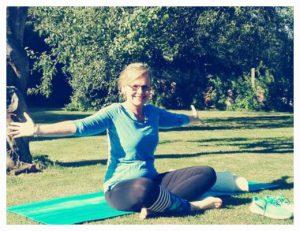 gopika-yoga-in-schwäbisch-hall - das Bild zeigt Michaela Langer in Yogaposition im Freien