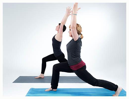 gopika-yoga-in-schwäbisch-hall - das Bild zeigt Michaela Langer und eine Freundin beim Yogaüben