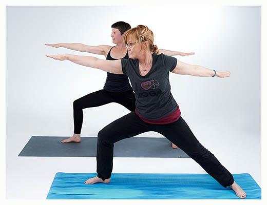 gopika-yoga-in-schwäbisch-hall - das Bild zeigt Michaela Langer und eine Freundin beim Yogaüben in der Krieger-Position
