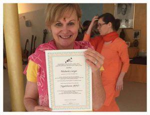 gopika-yoga-in-schwäbisch-hall - das Bild zeigt Michaela Langer mit ihrer Urkunde zur Yogalehrerin Yoga-Vidya