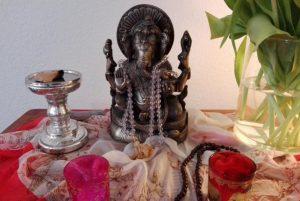 gopika-yoga-in-schwaebish-hall - das Bild zeigt den Altar im Studio von PureYoga in Ludwigsburg mit einer Statue von Ganesha