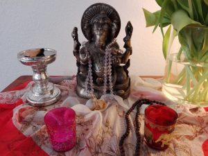 gopika-yoga-in-schwaebish-hall - das Bild zeigt den Altar bei PureYoga in Ludwigsburg mit einer Statue von Ganesha