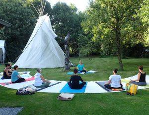 gopika-yoga-in-schwäbisch-hall - das Bild zeigt Michaela Langer mit ihrer Yogaklasse beim Outdoor-Yoga im Freien.