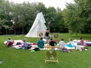 gopika-yoga-in-schwäbisch-hall Das Bild zeigt Klangelemente, Klangschalen mit Gästen unter der Leitung von Katrin Leuchtbecher Massageklang Thüringen