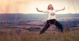 gopika-yoga-in-schwäbisch-hall - man sieht michaela langer in einer yoga position auf einer höhe in der wiese stehen,den blick in den himmel gerichtet