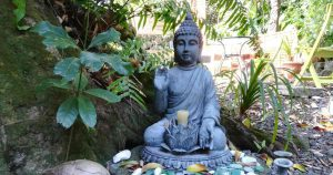 gopika-yoga-in-schwaebisch-hall-fb-metta-meditation2Das Bild zeigt eine Buddha - Statue auf LaReunion in St. Joseph im Garten