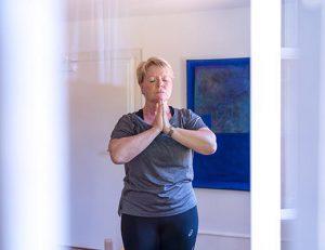 gopika-yoga-in-schwäbisch-hall-das bild zeigt eine kursteilnehmerin einer einzelstunde yoga bei michaela langer