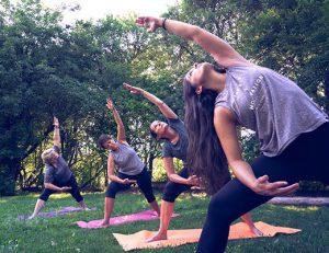 gopika-yoga-in-schwäbisch-hall - das bild zeigt eine yogagruppe von michaela langer im freien beim üben