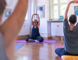 gopika-yoga-in-schwäbisch-hall-das bild zeigt michaela langer in einer yoga stunde mit kursteilnehmern