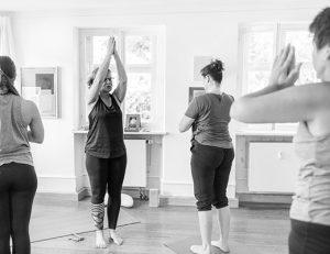 gopika-yoga-in-schwäbisch-hall- das bild zeigt michaela langer bei einer yogastunde mit Kursteilnehmern