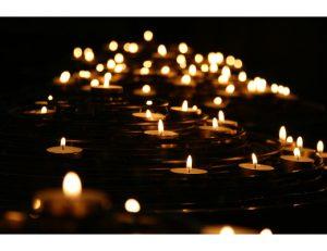 gopika-yoga-in-schwäbisch-hall-das bild zeigt ein Lichtermeer mit Kerzen