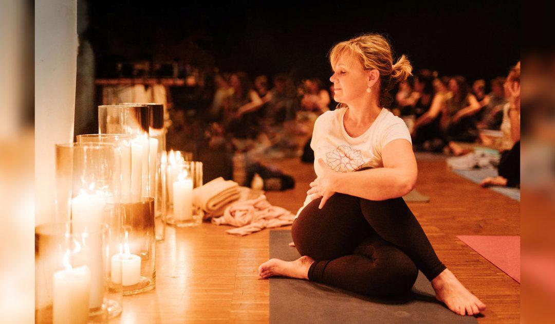 gopika-yoga-in-schwäbisch-hall-das bild zeigt Michaela Langer im Yoga Drehsitz