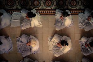 gopika-yoga-in-schwäbisch-hall-das bild zeigt betende Menschen von oben